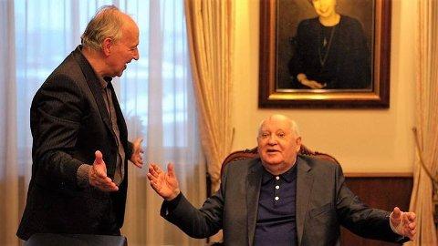 Filmskaper Werner Herzog møter Sovjets siste statsleder i dokumentaren «Meeting Gorbachev» .