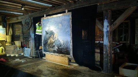 FOLDALBRUKET: Ny utstilling i 2.etasje produserers. Kenneth Gustavsen monterer maleri 2020.