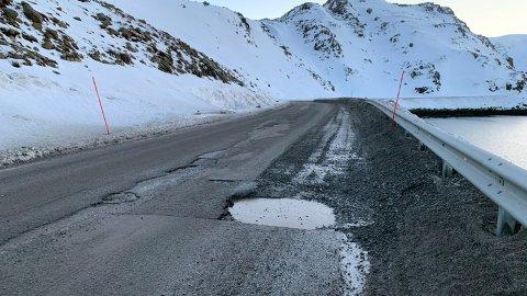 På E69 mellom Honningsvågtunnelen og Kamøyvær er det store krater i asfalten. Statens Vegvesen ber bilistene kjøre hensynsfullt på strekningen.