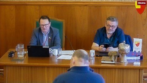 FORMANNSKAPET: Ordfører Jan Olsen (SV), kommunedirektør Stig Kjærvik under dagens Formannskapsmøte. I forgrunnen Yngve Kristiansen (SV)