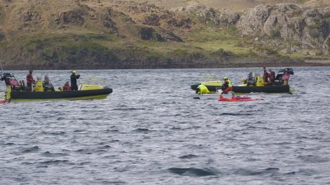 Godt samarbeid: Øvelsen på flyplassen var omfattende og godt gjennomført, her ser vi redningsbåtene i aksjon.