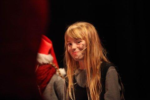 """LUSSIE: Hanna Nes Ramsdal (10) spelte ein av hovudpersonane under konserten; den heimlause jenta """"Lussie"""". Alle foto: Dag Nesbø Frøyen."""