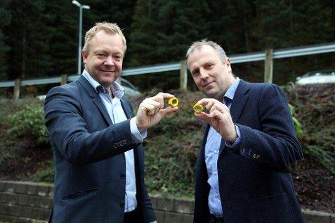 Ordførar Bengt Solheim-Olsen (H) og subsea-rektor Øyvind Østrem med dei gule mutrane som vart laga for å promotere subseastudiet i Florø.