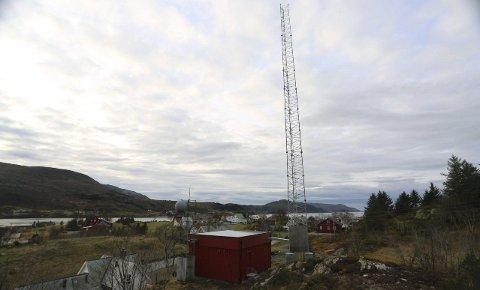 Smedvik: Dei som slit med dårleg mobildekning får i alle fall førebels ikkje nyte godt av denne sentralt plasserte nye masta i Bremanger-bygda. Foto: Arve Solbakken