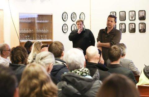 SKANSKA: Jan Magne Fylkesnes viste videoar og skisser av den nye skulen, og svarte utdjupande på spørsmål om sikkerheit, utforming og utbyggingsfasen. Foto: Maiken Aannevik Solbakken