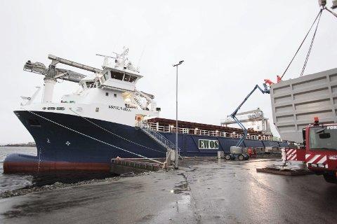 «ARTIC FJELL»: Tysdag var reiarlaget ferdig med å løfte ut dei store ferdigvare-modulane (til høgre på bildet) ut av lasterommet på «Artic Fjell». Alle foto: David Bowen