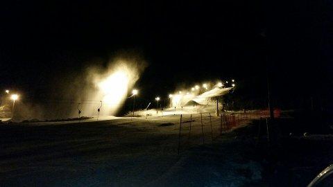 PRODUSERER: På grunn av manglande snø står snøkanoner og produserer snø jamt på Jølster. Til helga skal det vere godt skiføre, lovar den daglege leiaren Even Hole. Foto: Jølster Skisenter