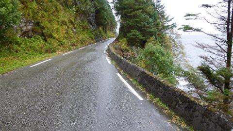 Usikra vegstrekning mellom Davik og Rugsund.