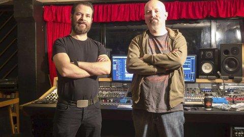 HISIA: Vokalist André Nygård t.v. og gitaristen Ørjan Kvalvik har laga supporterlåt til Florø Fotball.