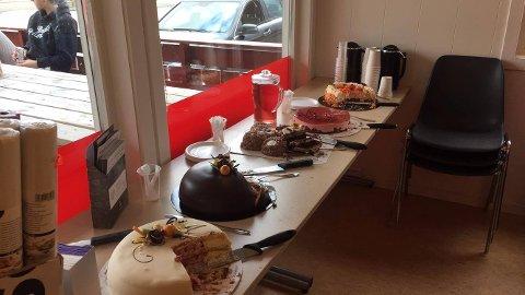 Mange flotte kaker på kakebordet laurdag.