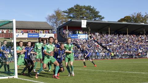 NY FEST? Nest-Sotra tapte 2-0 på Florø stadion 15. oktober i fjor og måtte ta eit nytt år i PostNord-ligaen, men den vann dei i år. No vil desse laga møtast på nytt i Obos-ligaen neste år.