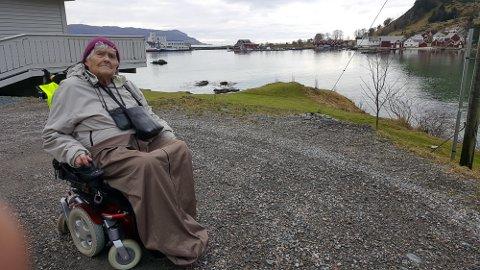 UT PÅ TUR: Magnhild Sagebø likar seg som best når ho kan ta seg ein tur i rullestolen sin til sitt kjære Igland, for å sjå til huset sitt, og besøkje familien sin. Foto: Per Inge Igland