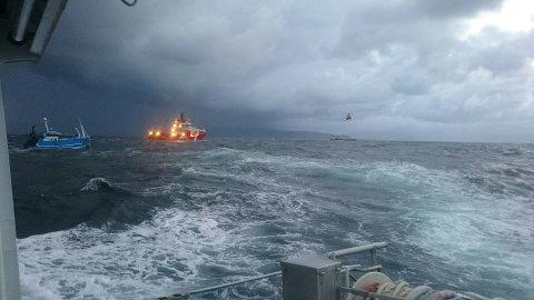 MS Ocean Alden, RS Halfdan Grieg og SeaKing-helikopteret frå Florø kom til unnsetning då fiskebåten gjekk på grunn.