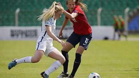 PÅ TOPP: Elise Isolde Stenevik (18) er etterkvart vand med å spele for landslaget. Her mot England og Kelsey Pearson