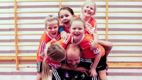 Marco Schaarschmidt og jentene han trener i Eikefjord IL si nystarta handballgruppe.