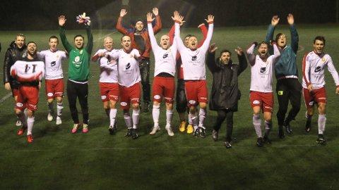 WE ARE THE CHAMPIONS: Til tonane frå Queens gamle sigershymne feira Tempo-gigantane 1-0 over rivalane frå Eikefjord på denne måten.