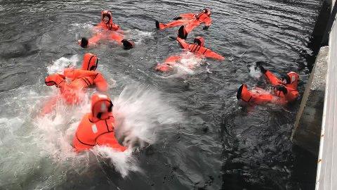 Dagen vart avslutta med å hoppe på havet. Det var populært å teste overlevingsdrakter.