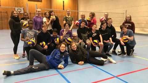 VOLLEYBALLTIME: Onsdag hadde klasse 9C og 9D på Flora ungdomsskule besøk av to toppvolleyballspelarar.