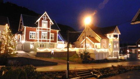 NO TENNAST TUSEN JULELYS: I fjor var berre huset til Harry og Ann iren Gulestøl (huset til venstre) nedlessa med julelys. No er bortimot 200 av dei i Kalvåg pynta.