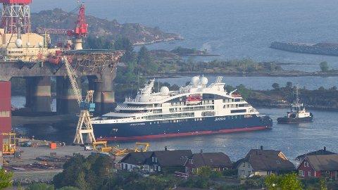 Slik såg det ut då cruiseskipet «Le Laperouse» kom til kai ved Westcon i Florø tysdag morgon.