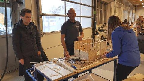 Byggopp- for elevane i 9.klasse ved Flora ungdomsskule. I regi av opplæringskontoret for byggfag, her ved Arne Skålvik (midten).