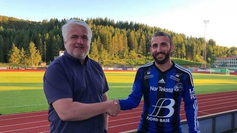 KJEM DET FLEIRE TIL VEKA? Dagleg leiar Harald Gjervik med klubbens nyaste spelar, Otar Javashvili.