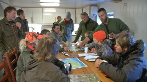 PLANLEGGING: Ei god planleggingsøkt er ofte forskjellen på suksess og fiasko før ei jaktøkt. Her er gjengen samla på kjøkenet på Norsk Hjortesenter på Svanøy.