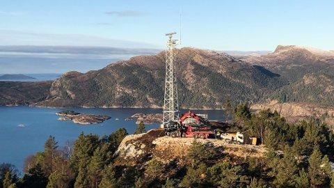 SNART FERDIG: Ein er snart i mål med den nye navigasjonsradaren som er bygd på Solheimsfjellet på vestsida av Brandsøyåsen.