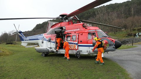 REDNINGA: Her hentar CHC sitt redningshelikopter Rannveig og fraktar ho vidare til spesialistar på haukeland universitetssjukehus. – Dei berga livet til kona mi, seier Johan trygve Solheim.