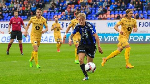 FIRE MÅL: Fire mål og tre målgivande pasningar var det Truls Hovland leverte mot juniorane til gamleklubben sin, og det på halvtimen han fekk spele i andre omgang.
