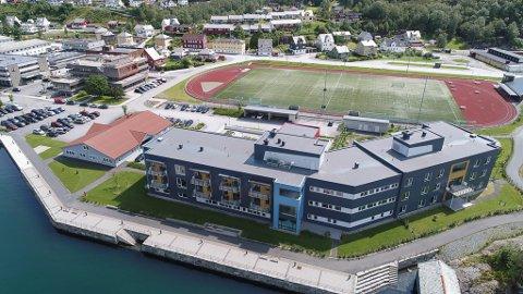 Her ser vi Svelgen Omsorgssenter fremst til venstre, legekontoret i midten og rådhuset til høgre.