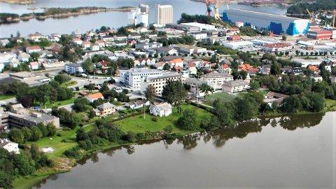 Prestegarden ligg sentralt ved Storevatnet, mellom sjukehuseigedommen og Florø barneskole.