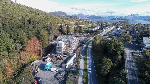 KINNVEGEN: Den første bustadblokka til Allbygg er no komen opp langs Kinnvegen på sørsida av Storåsen.