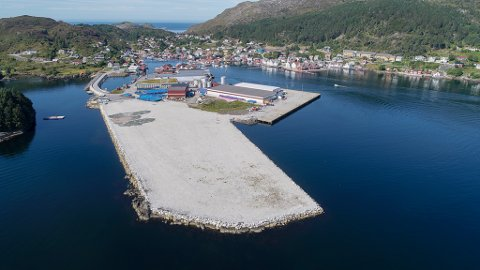 KALVØYA:  Bremanger kommune har lagt til rette for mykje industriareal og kaier. Fiskerihamna er planlagt inne i vika til venstre.