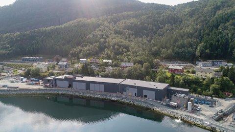 STEINVIK: Steinvik Fiskefarm sitt nye anlegg i Brevika i Svelgen skal no få eit flytande kaianlegg for å kunne ta inn store brønnbåtar for transport av fisk.