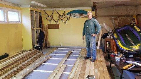 SNART FERDIGE: I klubblokala sine i Villabakken i Svelgen skjer dugnadsarbeidet med å prefabrikere modular til den nye hytta. Her er Tore Sørgulen i arbeid.