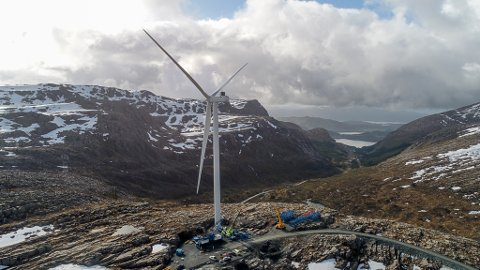 HINDERLYS: T1, Den første turbinen på Guleslettene Vindkraftverk, på toppen av Magnhildskaret. Så langt har ikkje Zephyr fått krav om å få på plass radarstyrte hinderlys for Guleslettene, men dette kravet har dei fått i Bremangerlandet Vindpark.