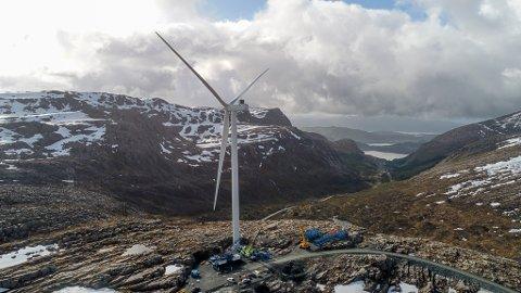 T1: Dette er den første turbinen på Guleslettene Vindkraft, montert på toppen av Magnhildskaret. No er alle 47 på plass.