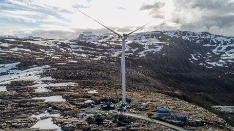 DEN FØRSTE: Dette er den første vindturbinen på Gujleslettene Vindkraft, som står over Magnhildskartunnelen. Tek den fyr må den berre få brenne ut. Men risikoen er ikkje høg, seier DSB.
