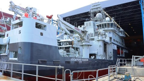 ISBRYTAR: Forskingsskipet «Kronprins Haakon» skal vere bygt som isbrytar. Men så langt har den tålt møtet med is dårleg, når Havforskingsinstituttet er på tokt.