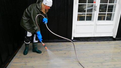 SKYL GODT: Det er viktig å fjerne alle såprestar frå terassen for å unngå skjolder.