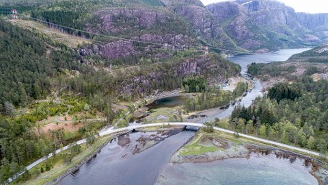 INDREHUSELVA: Her ser vi elva frå sjøen og inn til Indrehusvatnet, som er ei strekning der laks og sjøaure har sine gyteplassar. Elva er påverka av dei store vassdragsreguleringane i området.