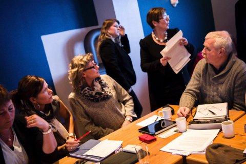 Hektisk: Kari Iren Birkeland (Sp), Sølvi Irene Søgnen (Sp), Anita Eide Kvamme (Ap), Mari Andrea Ness (Sp), Norunn Lunde Furnes (KrF) og Arild Horsevik (Ap) hadde mange papir og mange forslag å ta omsyn til, då dei jakta på pengar til ei ny stilling. Foto: Frode Grimelid