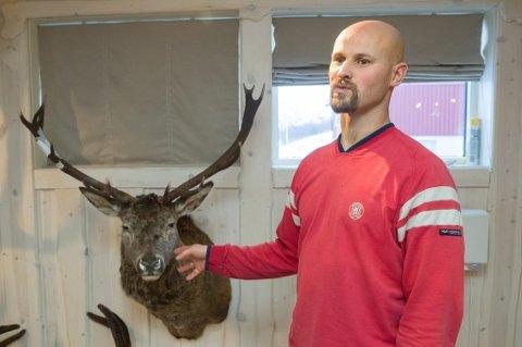 Vidar Aa Djupvik er taksidermist og driv med utstopping på heiltid på Årdal i Jølster. Han stoppar ut både dyr, fuglar og fisk, og tok initiativet til å få gevirdommar Knut Marås til Jølster.
