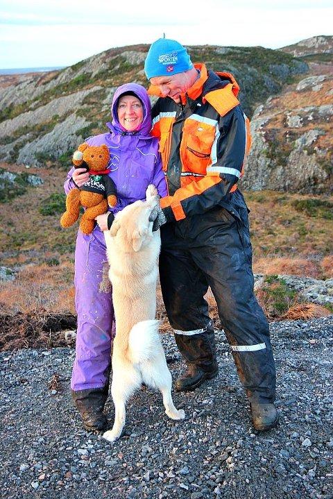 FEIRING: Alfred Bamse får prisen av Hilde Buer og Anders Braanaas i Bu-Lyst-prosjektet. Hunden helsar og.