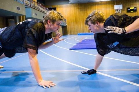 Andrè Torvund (17) og Samson Wie (17) meiner rusen dei får gjennom å spele Arena Touchdown er verdt mykje. Intensiteten og samhalde i idretten gjer at dei stadig opplever ruskjensla i spelet.