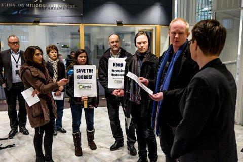 OPPROP: Naturvernforbundleiar Lars Haltbrekken overleverer miljøvernminister Tine Sundtoft oppropet som organisasjonane kallar ei bekymringsmelding frå det internasjonale samfunnet.