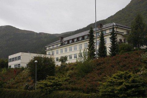 NY SMITTE: Ein sjukepleiar som jobbar ved Nordfjord sjukehus har fått påvist koronasmitte. Det melder Helse Førde tysdag føremiddag.