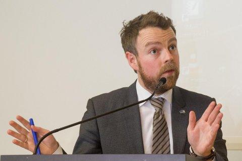 TAR GREP: − Nedturen i oljebransjen har gjort at den omstillinga vi må gjennom, må starte no, seier kunnskapsminister Torbjørn Røe Isaksen (H).