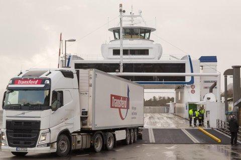 LIGG I RO: Katamaranferja Stavanger har maskintrøbbel. Difor vert sambandet Lavik - Oppedal berre trafikkert av to ferjer utover onsdag.
